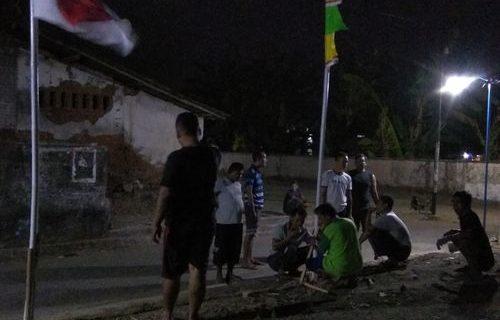 Warga Gotong Royong Memasang Bendera Merah Putih dan Umbul-Umbul di RT. 2, RW-3 Pasuruhan Lor